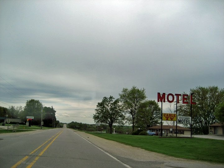De Soto Edgetowner Motel: 804 Guthrie St, De Soto, IA
