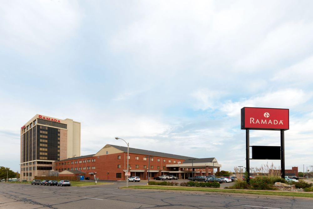 Ramada Hotel & Convention Center by Wyndham Topeka Downtown: 420 E 6th Street, Topeka, KS
