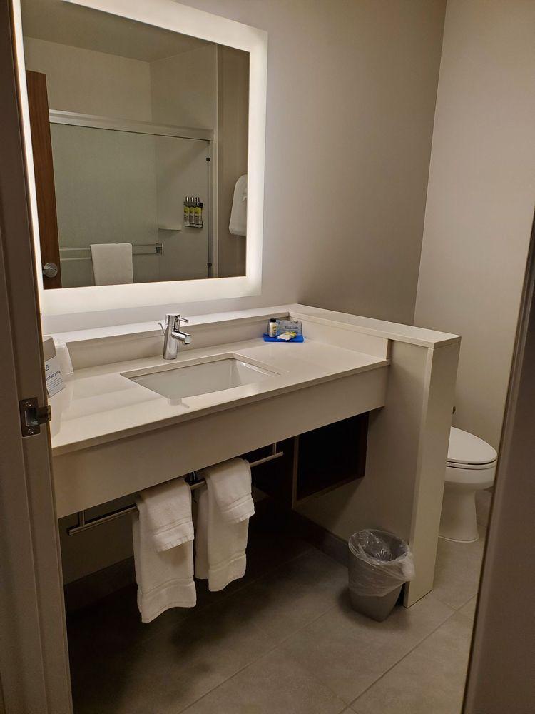 Holiday Inn Express & Suites Rice Lake: 824 Bear Paw Ave, Rice Lake, WI