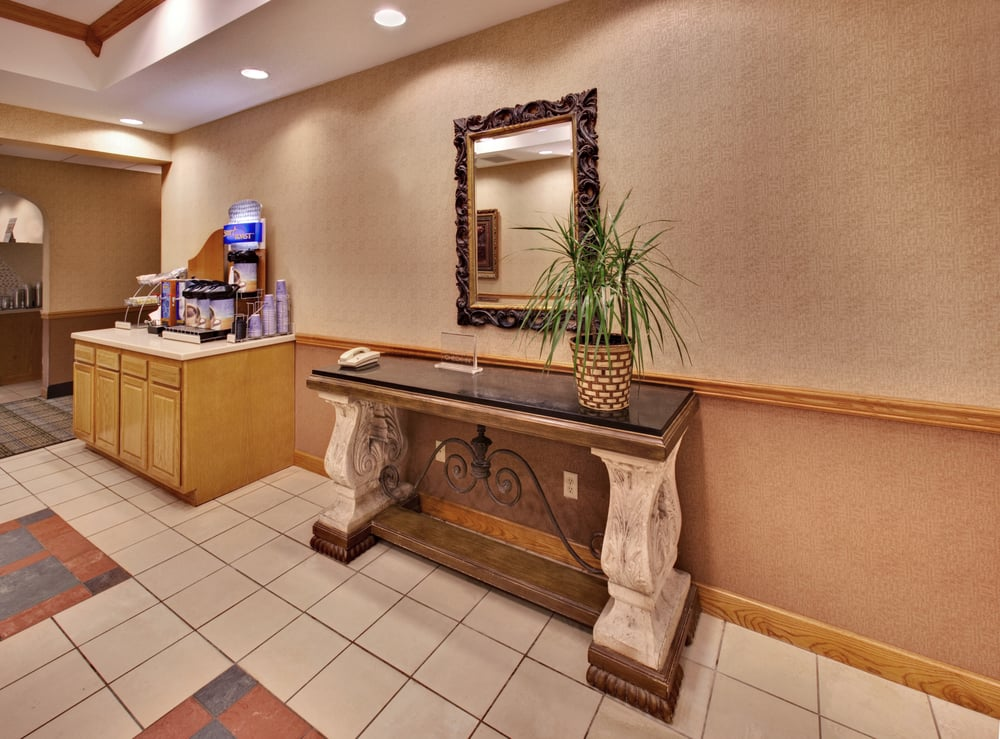 Holiday Inn Express & Suites Clinton: 2800 S 25th St, Clinton, IA