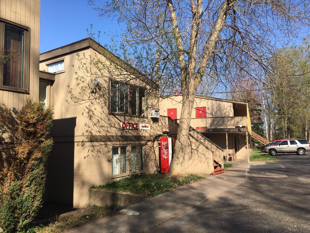 Birchmont Motel: 2090 US Highway 41 S, Marquette, MI