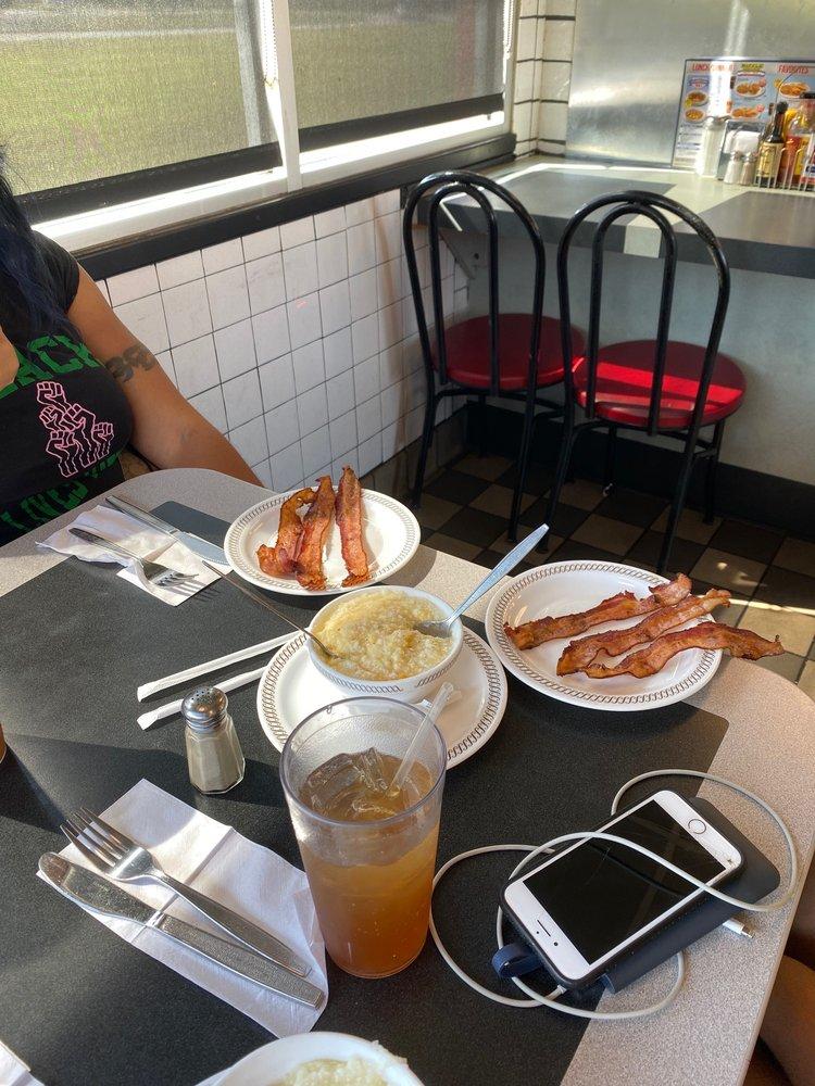 Waffle House: 709 Radford Blvd, Dillon, SC