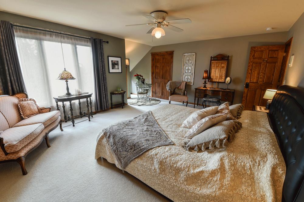 Stone Lion Vineyard Bed and Breakfast: 24542 Verdin St NW, Isanti, MN