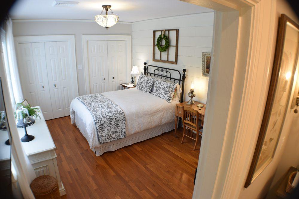 The Holly & Ivy Inn: 603 N Main Ave, Newton, NC