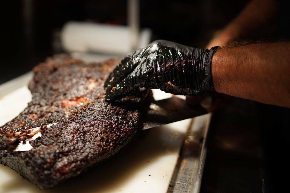 Blue Pit Smokehouse: 17630 Lookout Rd, Selma, TX