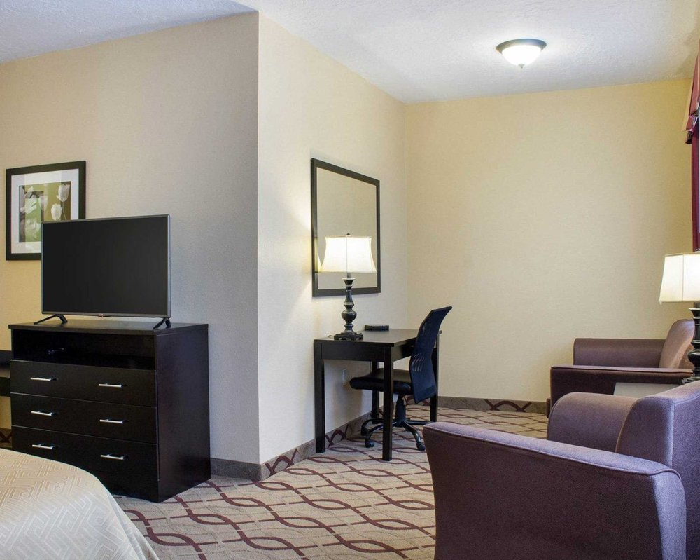Econo Lodge: 611 W 23rd St, Yankton, SD