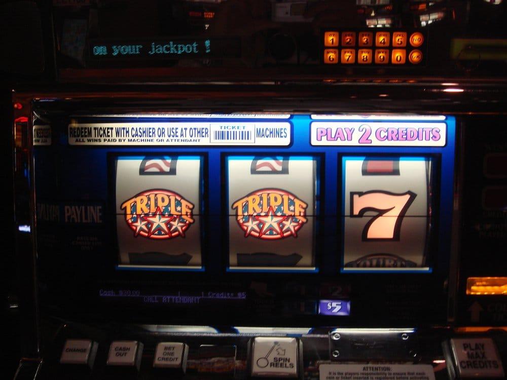 4 queens casino poker
