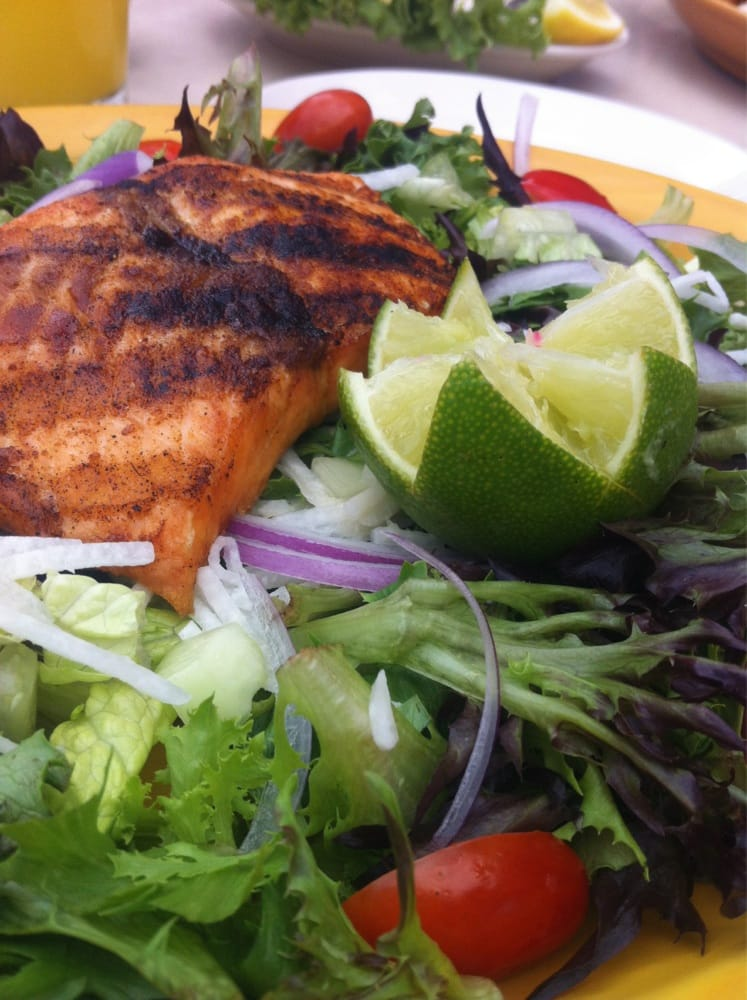 Ensalada Especial with grilled salmon