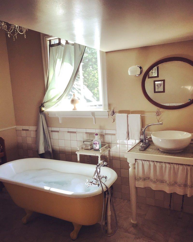 Blue Fern Bed & Breakfast: 224 W Chickasaw St, Tahlequah, OK