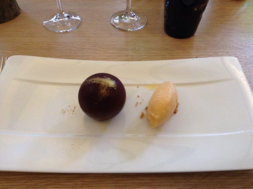 Boule en chocolat avec mousse au chocolat et fruit de la for Piscine a boule en mousse