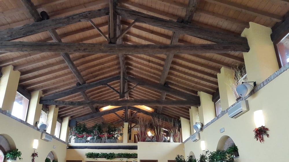 Soffitto Con Travi In Legno In Inglese : Il soffitto con travi in legno yelp