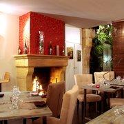 M de Monbadon - Bordeaux, France. La cheminée pour un dîner romantique