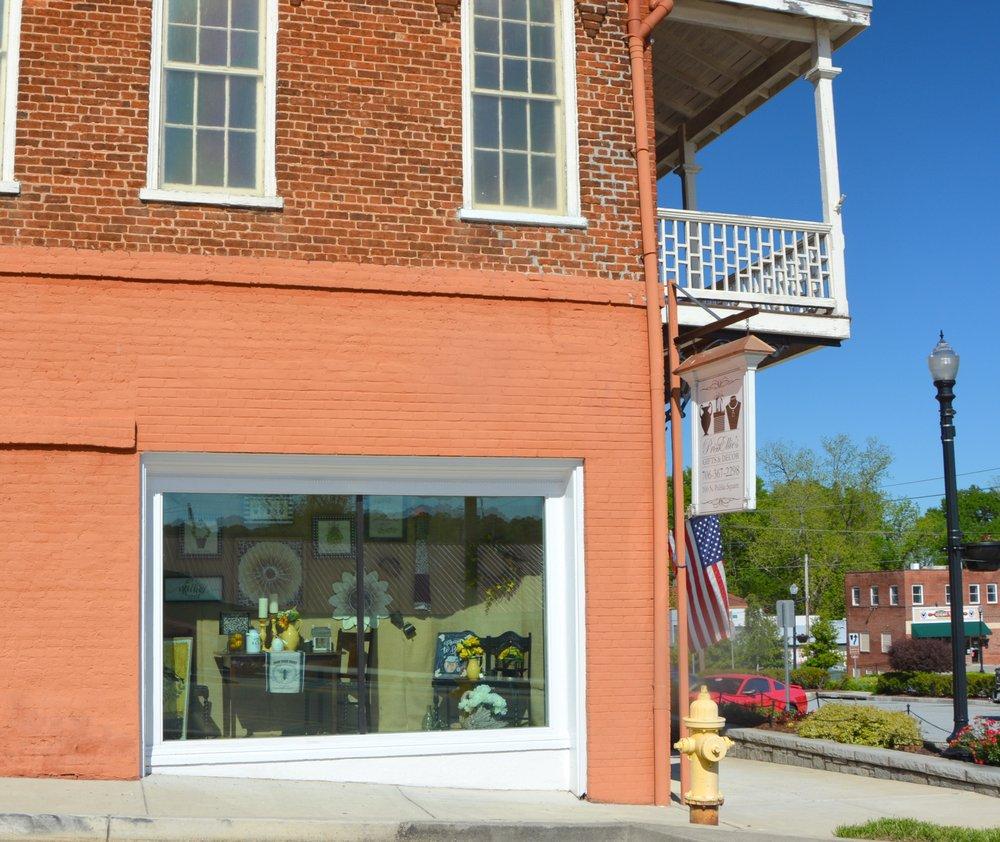 PrissEllie's Gifts & Decor: 100 N Public Sq, Jefferson, GA