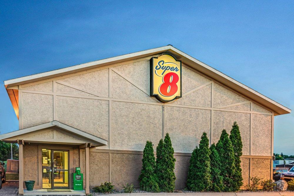 Super 8 by Wyndham Glencoe: 717 Morningside Dr, Glencoe, MN