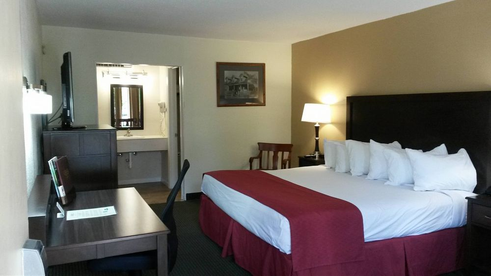 Carmel Inn and Suites: 400 E 1st St, Thibodaux, LA