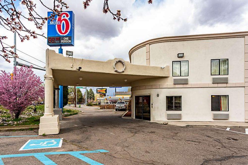 Motel 6: 811 S Riverside Dr, Española, NM
