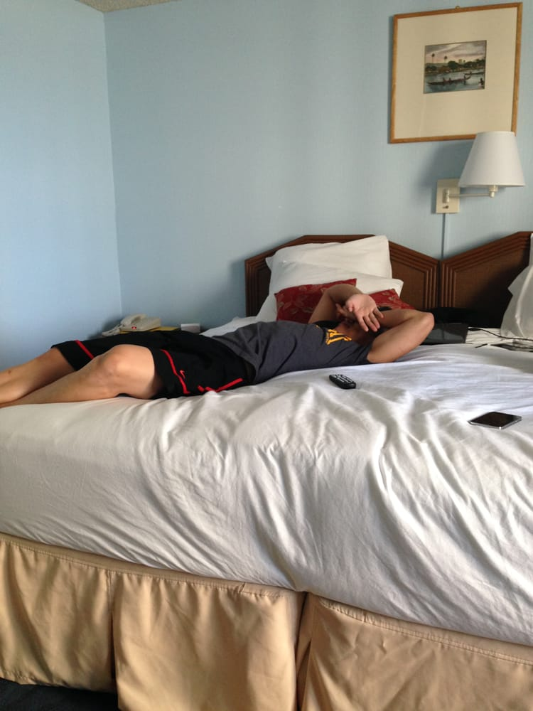 """Twin Bed Hotel Room: Don't Mind My Bro In Law. Ex. Of The """"queen Size Bed"""