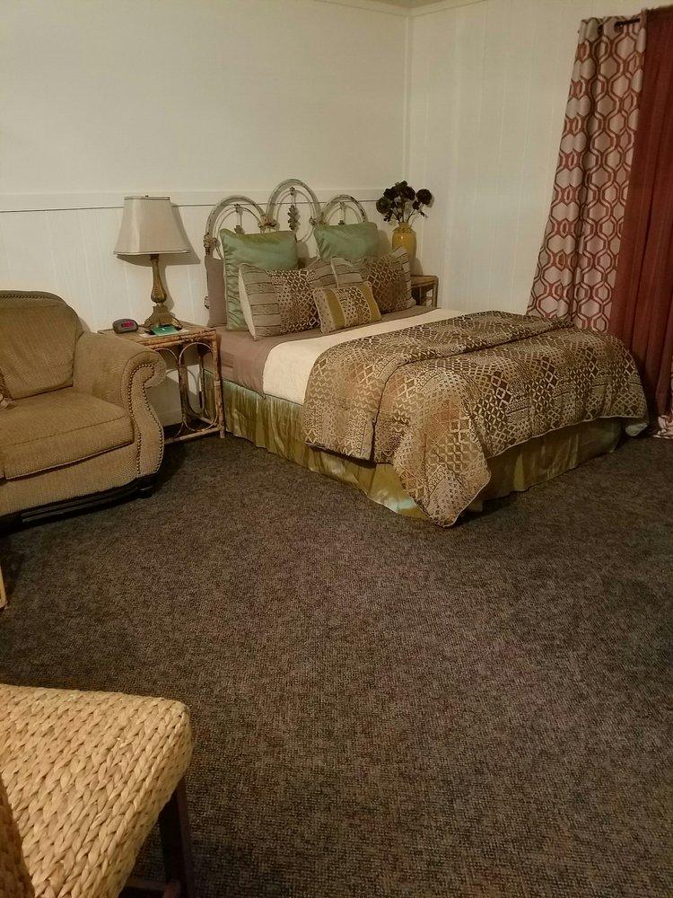Simmer Motel: 1215 W Us Hwy 24, Wamego, KS
