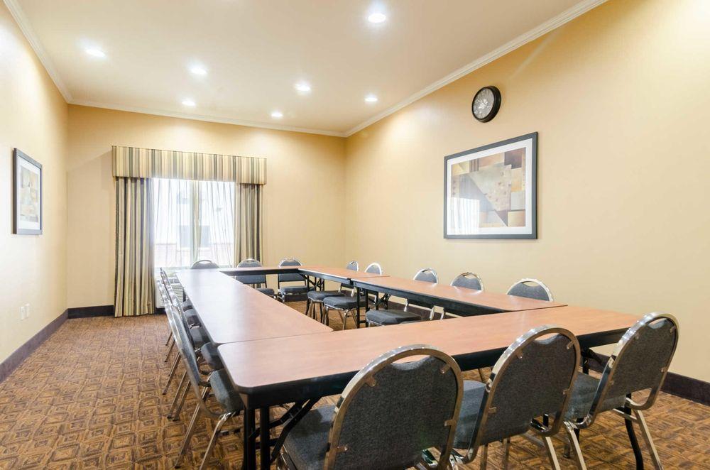 Comfort Suites: 715 W Schilling Rd, Salina, KS