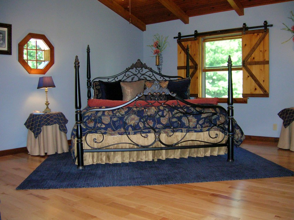 Mary Helen's Bed & Breakfast & Fine Dining: 13296 N Coonhunters Rd, Batesville, IN