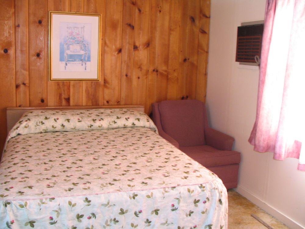 Pinehurst Motel & Cottages: 20683 Pinehurst Rd, Alexandria Bay, NY