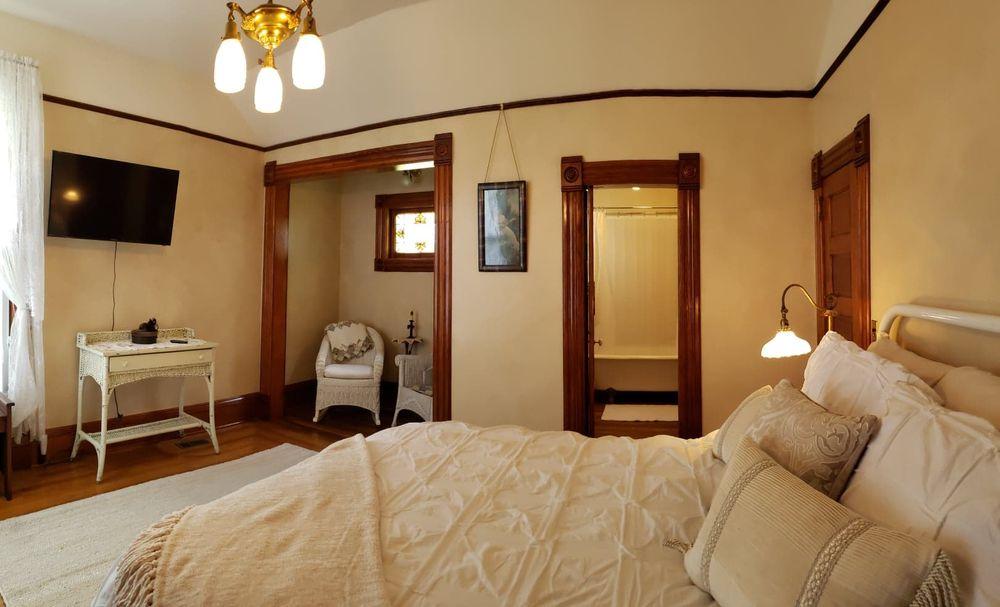 Victorian Lantern Bed & Breakfast: 134 W E Ave, Kingman, KS