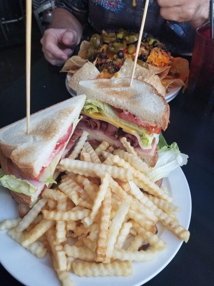 Ref's Sports Bar & Grill