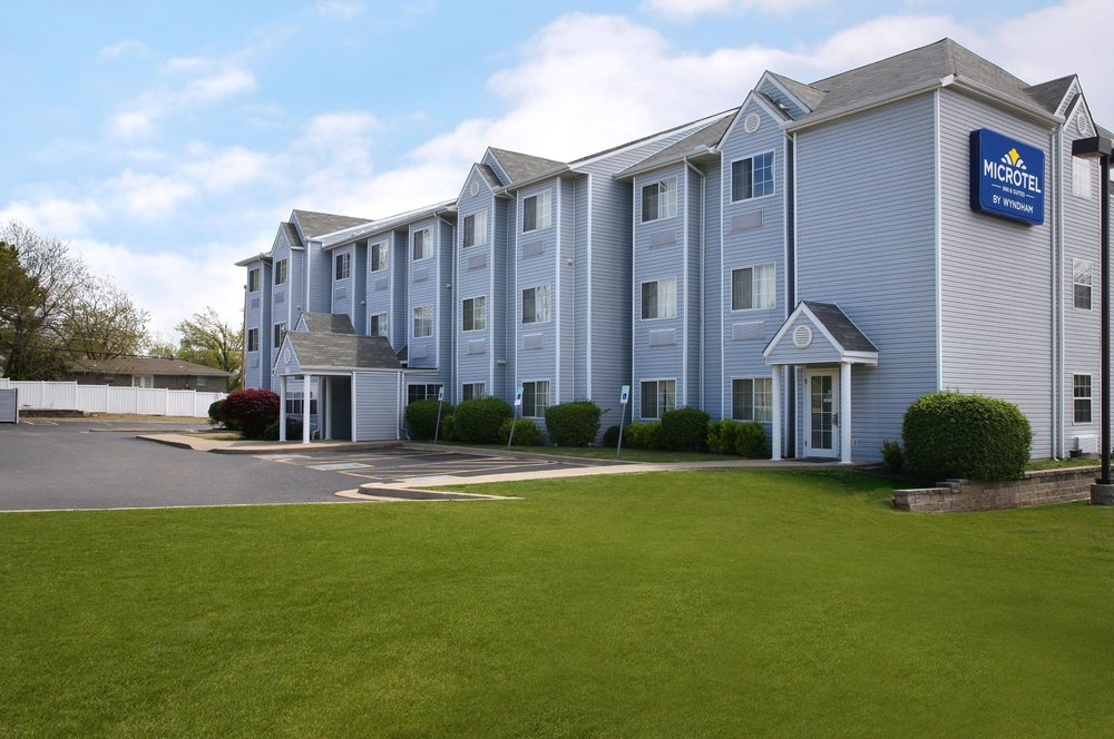 Microtel Inn & Suites by Wyndham Tulsa East: 16518 East Admiral Place, Tulsa, OK