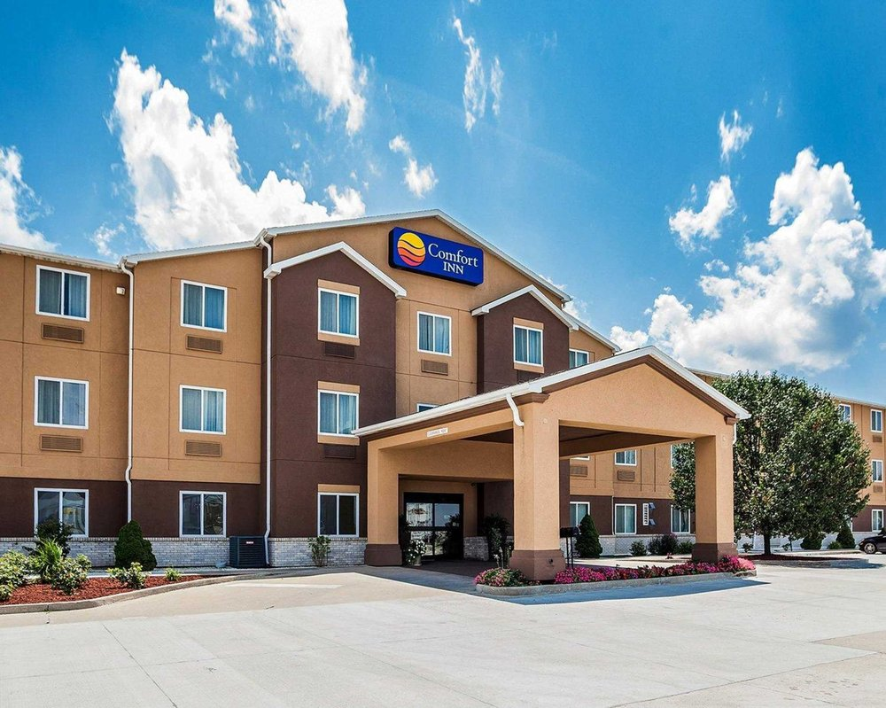 Comfort Inn & Suites: 1801 W Outer Rd, Moberly, MO