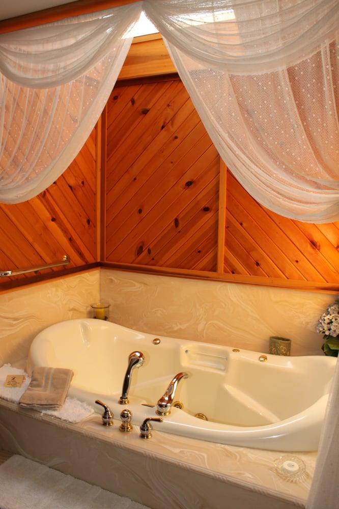 Quail's Covey Bed & Breakfast: 3631 Swamp St, Hartville, OH