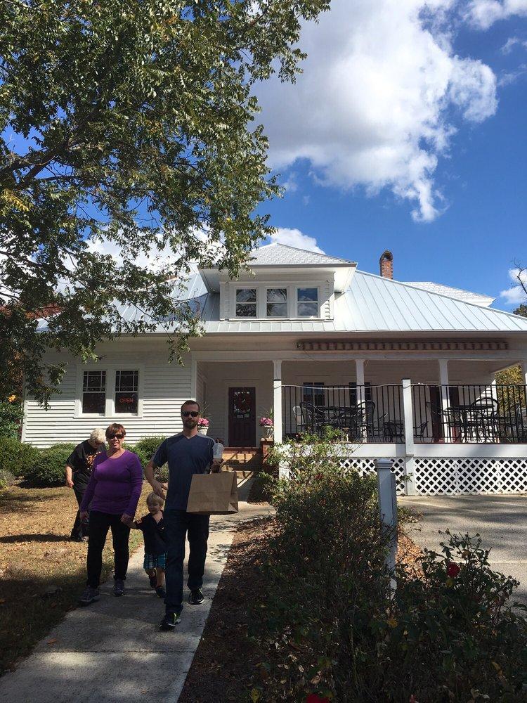Wild Berry Cottage: 139 E Morgan St, Clarkesville, GA