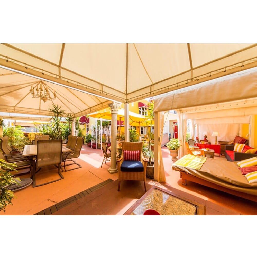 Hollywood Beach lounge IPad Cafe