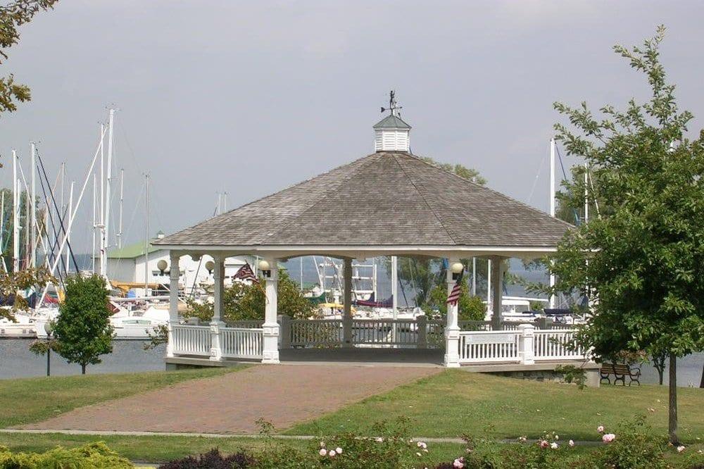 Candlelight Bed & Breakfast: 501 W Washington st, Sackets Harbor, NY