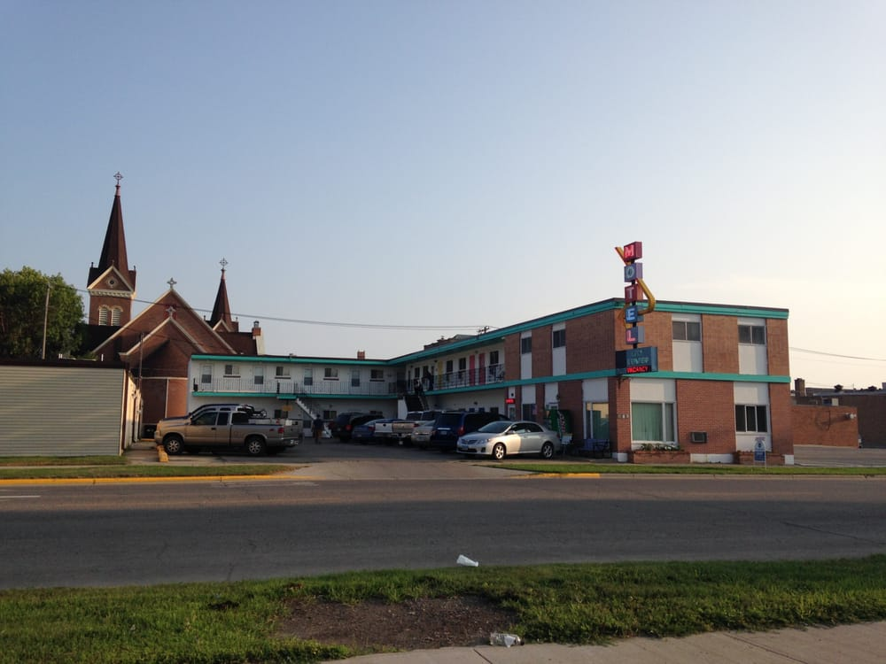 R & L City Center Motel: 518 5th St NE, Devils Lake, ND