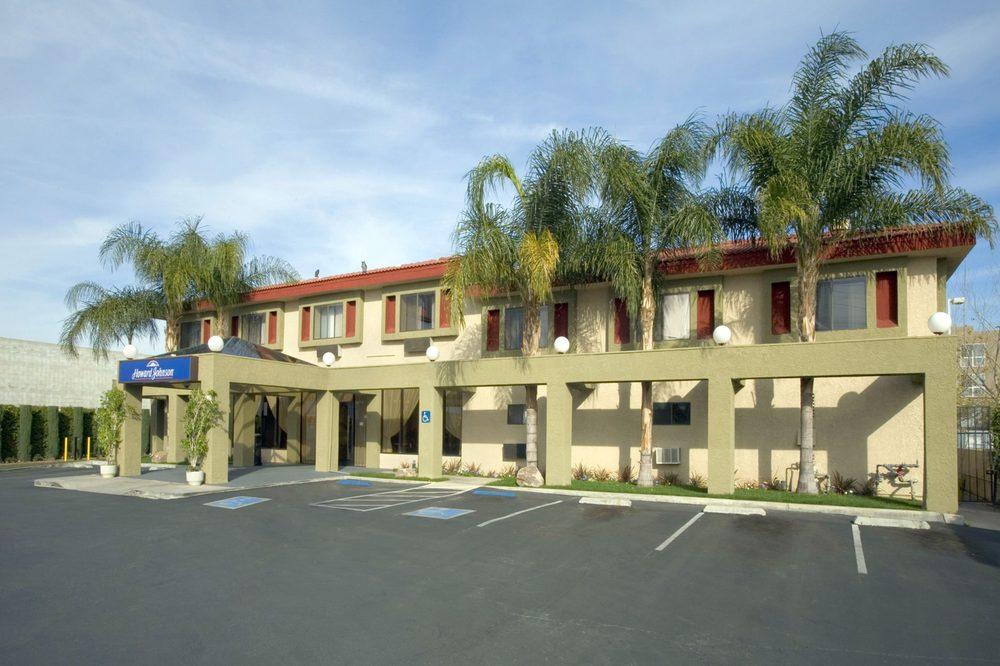 Howard Johnson Hotel & Suites by Wyndham Reseda: 7432 Reseda Blvd., Reseda, CA