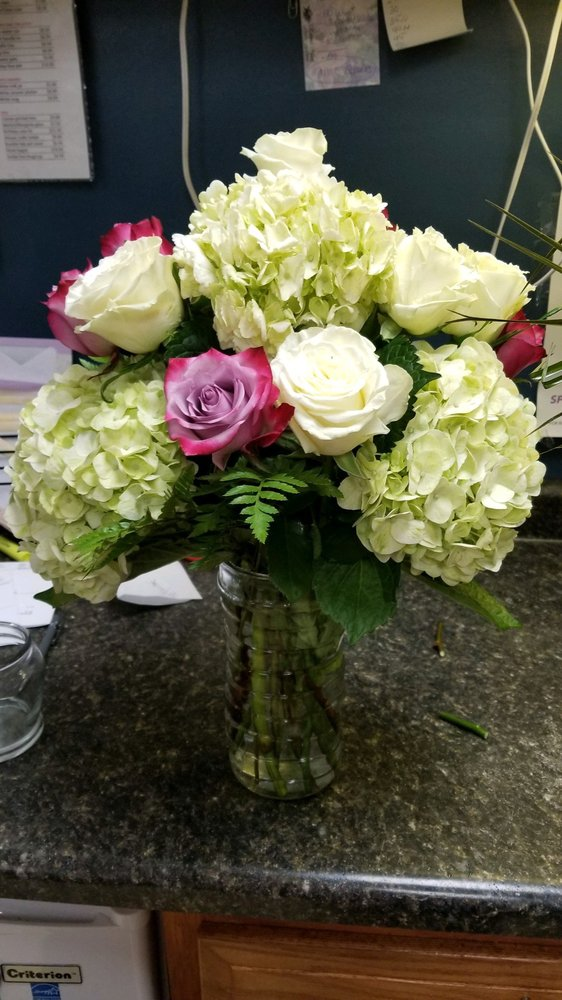 Robin's Nest Floral & Gift Shop: 834 N Detroit St, Lagrange, IN