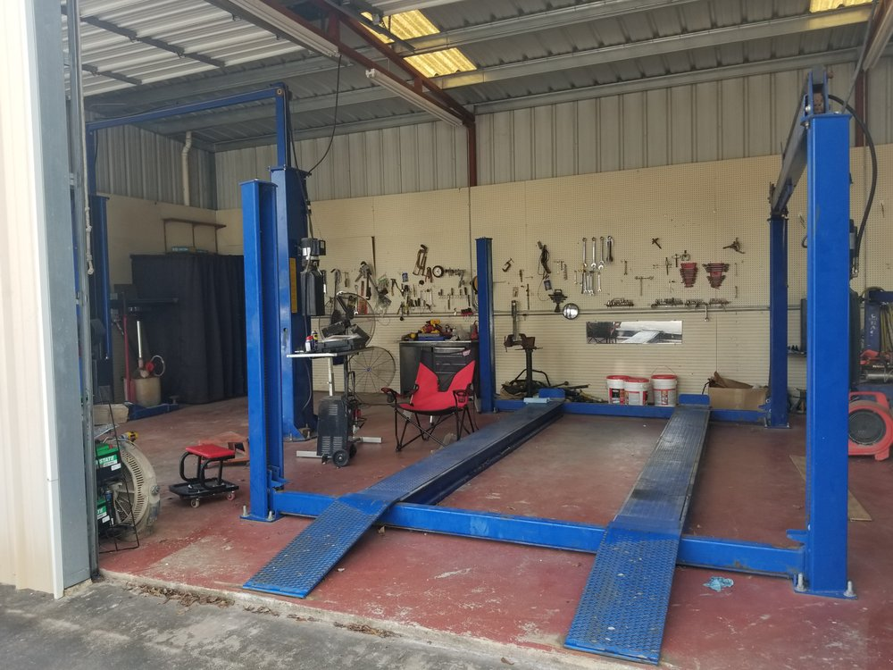 Miller's Lube & Service: 811 N Mechanic St, El Campo, TX