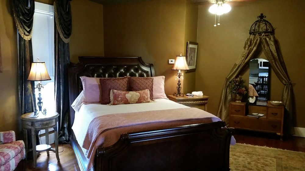 Captain's House: 123 W Doyle St, Granbury, TX