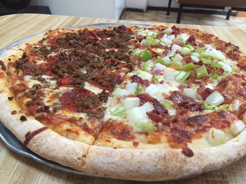 Mamamia Pizzeria: Carretera 2 S/n, Santana, PR