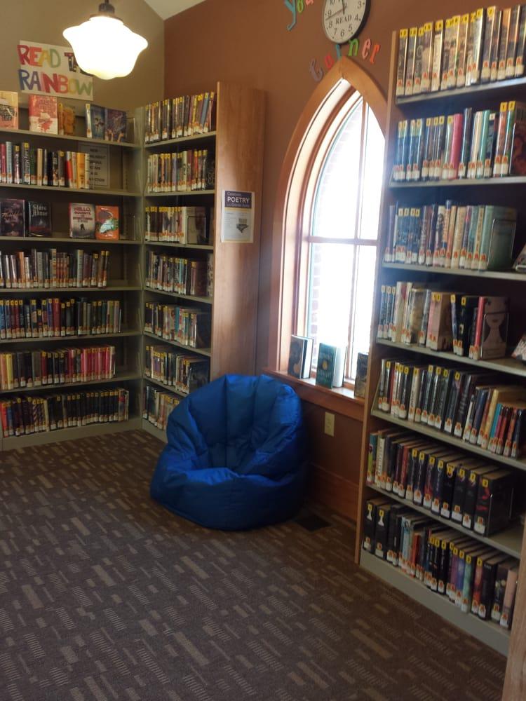Minot Sleeper Library: 35 Pleasant St, Bristol, NH