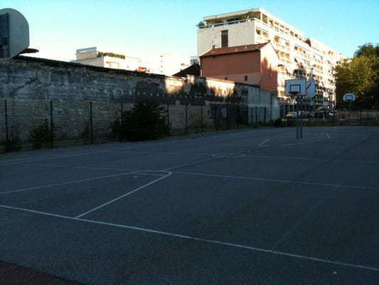 Terrain de basket beguin stadiums arenas 34 rue for Terrain lyon