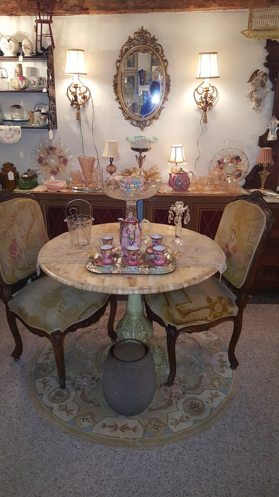 Victoria's Antiques: 486 Montauk Hwy, Eastport, NY