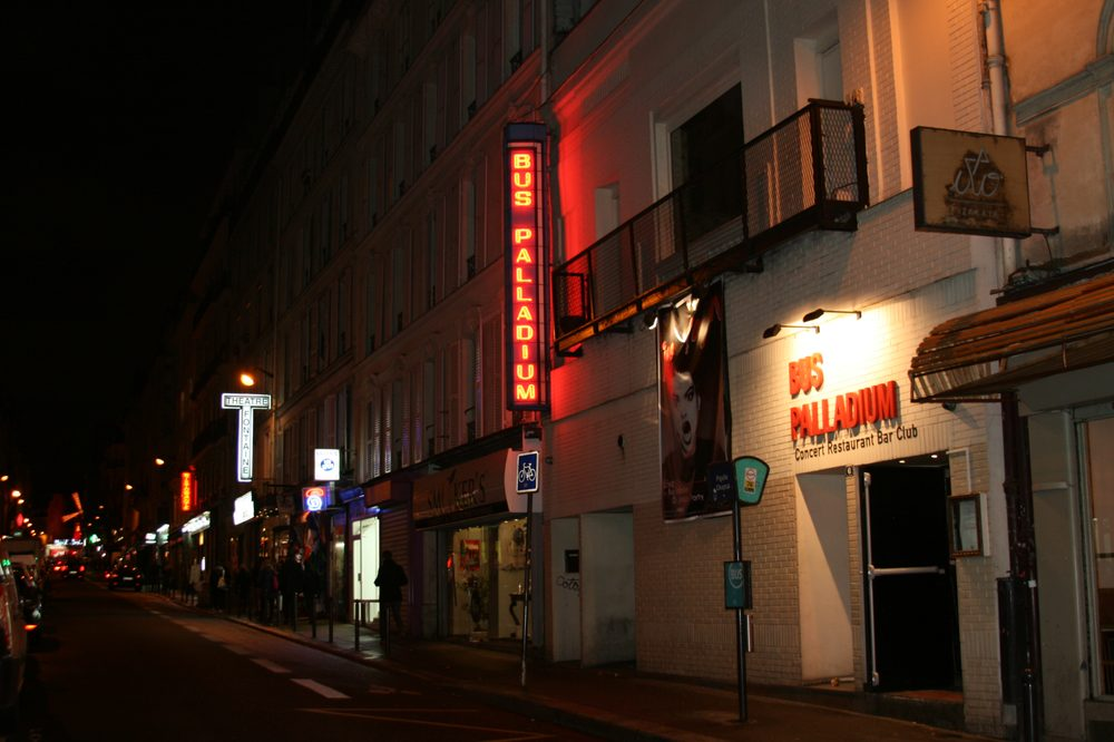 Photo de Le Bus Palladium - Paris, France. le bus et au loin le moulin rouge, j'ai pris cette photo la veille du sper concert de Nina Hagen !!