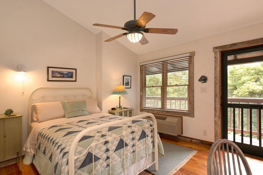 Bent Creek Lodge: 10 Pkwy Crescent, Arden, NC