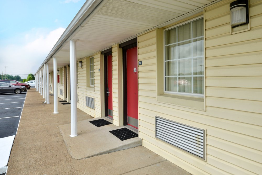 Americas Best Value Inn Wildersville: 21045 Highway 22 North, Wildersville, TN