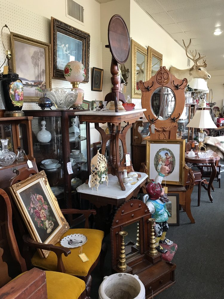 Blackstone Antiques & Crafts Mall: 121 N Main St, Blackstone, VA
