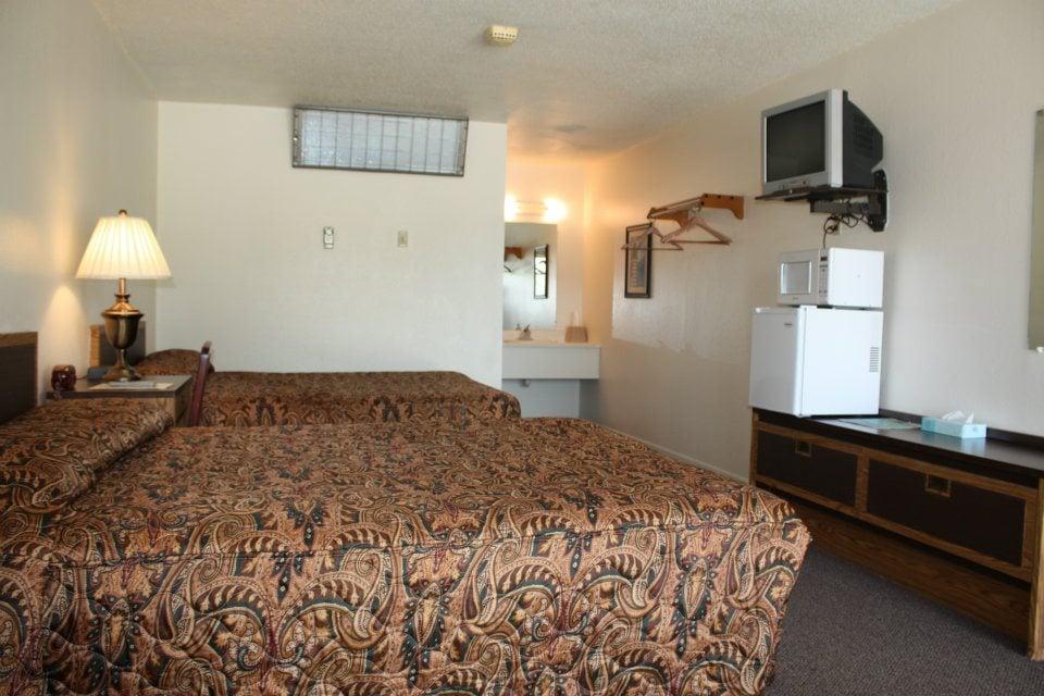The Lake House Inn: 245 S Main St, Laurie, MO