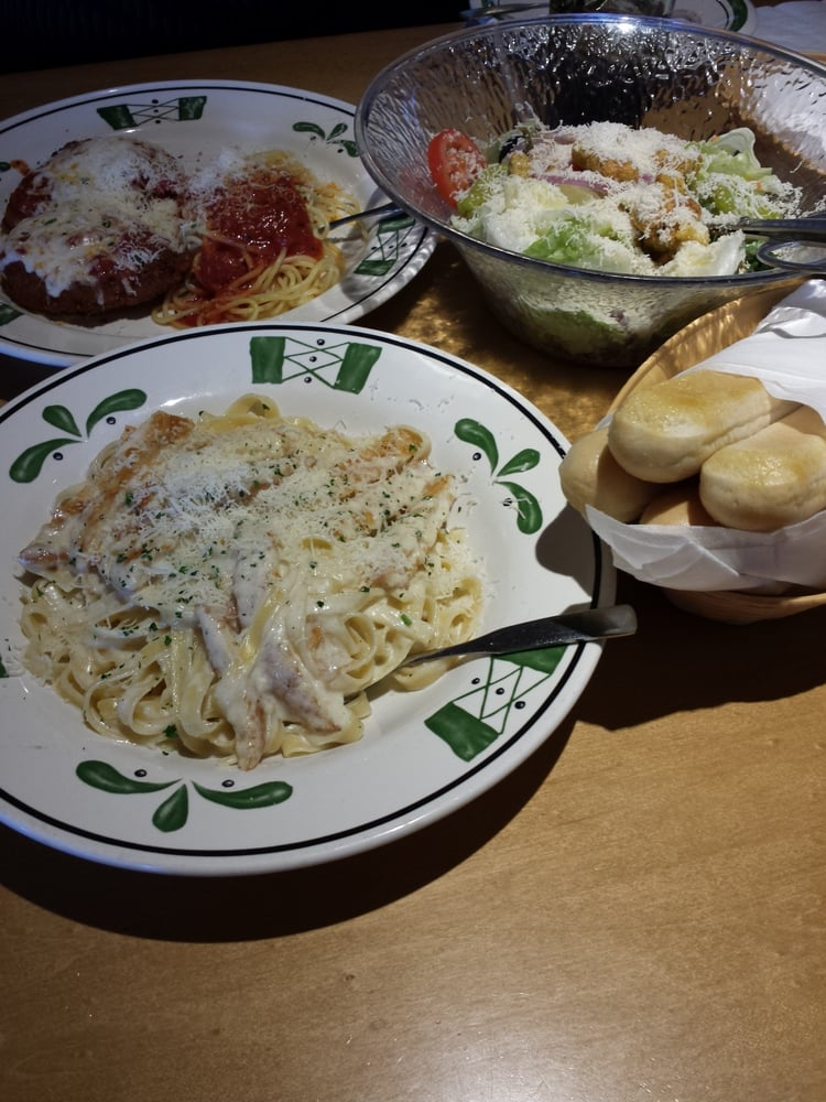 Chicken Alfredo Chicken Parmagiana Unlimited Breadsticks And Salad Yelp