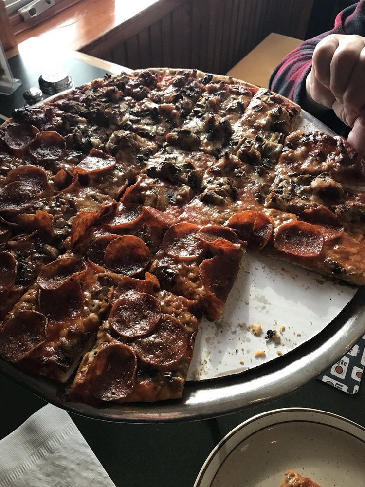 Kaiser's Pizza & Pub: 1801 N Il Rt 21, Gurnee, IL