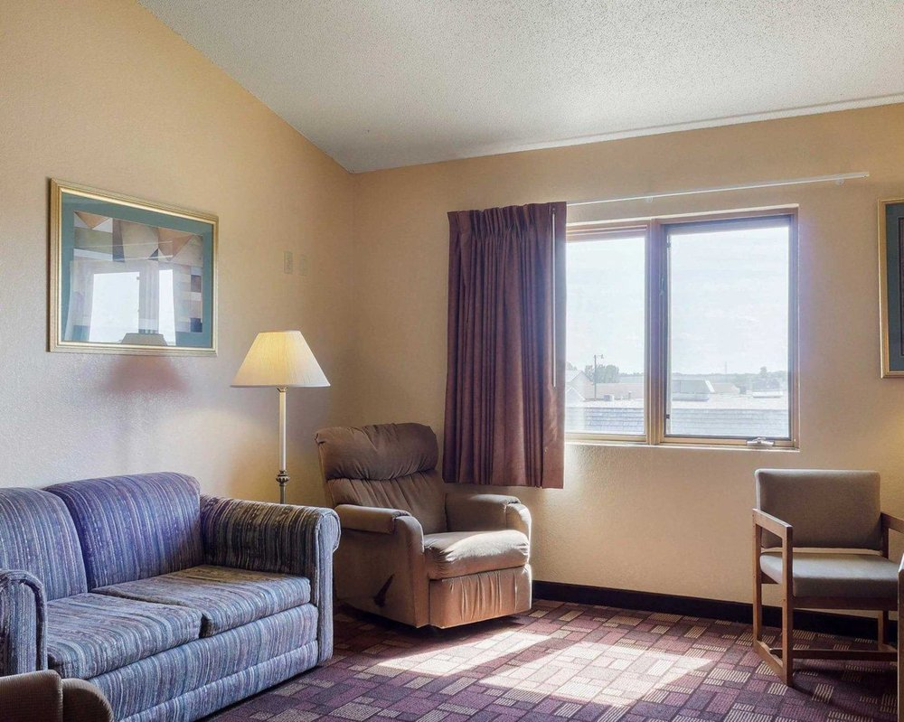 Econo Lodge: 920 14th St SE, Watertown, SD